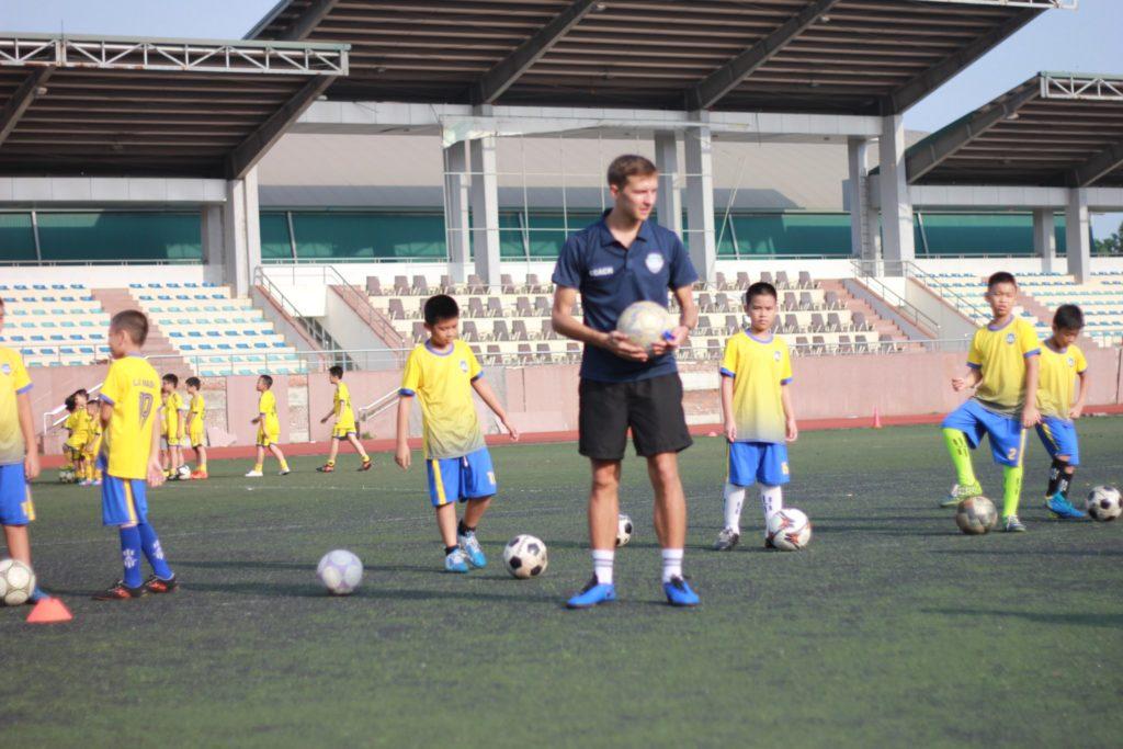 Lớp dạy đá bóng cho trẻ em tại hà nội