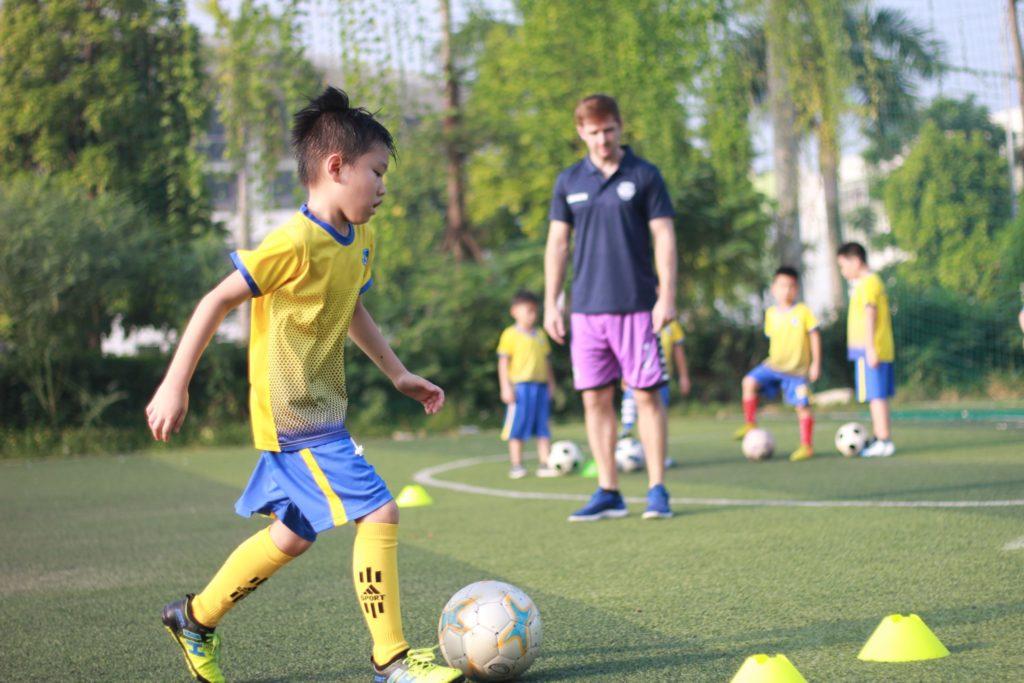 câu lạc bộ dạy bóng đá cho trẻ